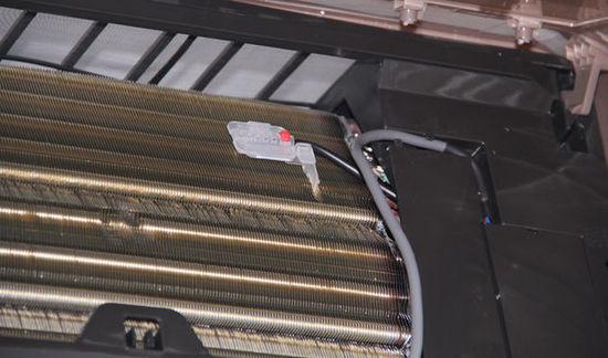 防冷风时间短:用户一般是报修制热效果差,因为由于管温传感器阻值漂移,就会给CPU报错误的判断,它会向CPU汇报室内热交换器太热了,CPU就强制关了电加热,你小子这么热了你还工作,不一会管温传感器又向CPU汇报室内热交换器还是很热,这时CPU就说:少从外面吸收一定热量吧,这时外风机就会停止运转,减少外机热交换,内机吹出的风就可想而知——温温的风。出现以上情况更换传感器不行,检查传感器电路或直接更换内机板。
